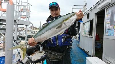<p>松原市の田村様 沖の北 ショアジギ 5.6kg 85㎝のブリ! カタクチイワシ出現&amp;ボイル目撃で、これは来てるんじゃないかと思っていたら釣れてました!</p>