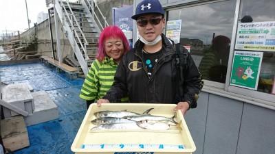 <p>秋田様 沖の北 ショアジギでサゴシとタチウオ!うれしいお土産のアジもジグで釣れました♪</p>