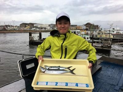 <p>涌嶋様 沖の北 ショアジギ/メタルジグ サゴシ42cmまでを2匹</p> <p>サゴシが順調に釣れていますよ♪ 7~8時にHitしたとの事です。鮮度が命のサゴシを刺身で食せるのは釣人の特権ですね♪ 釣果写真へのご協力、ありがとうございます。</p>