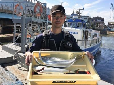 <p>氏川様 沖の北 ショアジギ/メタルジグ・ワインド ハマチ1匹・タチウオ4本</p> <p>ハマチは8時頃、手前でHitされたとの事です。釣果写真へのご協力、ありがとうございます。</p>