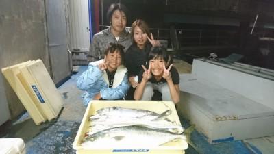 <p>北田様ファミリー 沖の北 ウキ釣り/のませ釣り メジロ/サゴシ/タチウオGET</p> <p>他にアジも釣られております(^^♪おめでとうございます!</p>