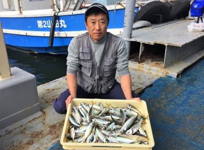 <p>松本様 沖の北 サビキ釣り アジ・サバ大漁!</p> <p>小アジのサイズも大きくなってきてますよ♪ 釣果写真へのご協力、ありがとうございます。</p>