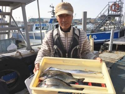 <p>森様 沖の北 紀州釣り チヌ36.5cmを2匹 テンヤ/キビナゴ・タチウオ</p> <p>最初は外向きで釣られていましたが、エサ取り(ガシラ)が多く、内向きに切り替えて釣果に繋げています。いつも釣果情報提供にご協力頂き、ありがとうございます。</p>