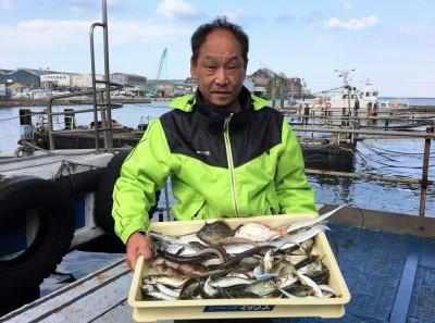 <p>織田様 沖の南 ウキ釣り/テンヤ・タチウオ3匹 胴突き/投げ釣り・アナゴ4匹・キス・カワハギ・チャリコ・ガシラ サビキ釣り・小アジ多数</p> <p>様々な釣り方で7目達成しております。餌切れであえなく納竿されたとの事ですが、これだけ釣れれば十分ですね♪ いつも釣果情報提供にご協力頂き、ありがとうございます。</p>
