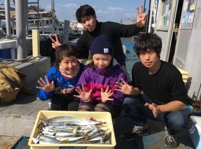 <p>倉田様とご友人の皆様 沖の北 ウキ釣り/タチウオ3匹 サビキ釣り/中サバ・小アジ大漁・ガシラ</p> <p>中サバのサイズも良くなってますね♪ 岸一の釣りを楽しんで頂き、ありがとうございました。</p>