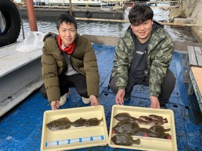 <p>大江様・日野様 沖の北 投げ釣り/青イソメ カレイ33.5cmまでを8枚・ガシラ</p> <p>お二人揃って30cmオーバーのカレイをGetされてますよ。時合は明るくなり始めた頃からとの事です。カレイ釣果でスタンプ1個進呈です♪</p>