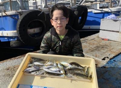 <p>りゅう君 沖の北 サビキ釣り 小アジ多数</p> <p>今日は絶好の釣り日和で、魚もたくさん釣れて良かったです。美味しく食べて下さいね♪</p>