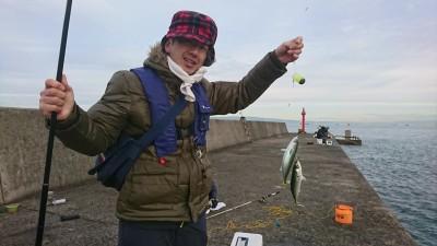 <p>沖の北(7時半便)内向き サビキ釣りで中サバが釣れていました!</p>