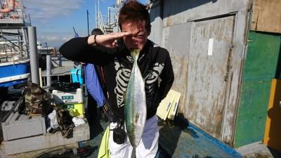 <p>大北様 沖の南 のませ釣りでメジロ68㎝!本日3本目。いつものオリジナリティ溢れる魚持ちありがとうございます♪</p>