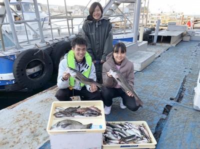 <p>岡様ご一行 沖の北 エビ撒き釣り・サビキ釣り・ズボ釣り ハネ58cmまでを2匹・チヌ42cm・メバル・ガシラ・ハゼ・マイワシ・小アジ・そして中サバ大漁</p> <p>なんと8目達成です。釣り方次第で様々な獲物が狙えますね♪ 岸一での釣りを十分楽しまれたと思います。釣果写真へのご協力、ありがとうございます。ハネ・チヌ釣果でスタンプも進呈です。</p>