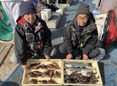 <p>川原様・酒井様 沖の北 エビ撒き釣り メバル23cmまでを12匹・ガシラ23cmまでを17匹・ハネ2匹・中サバ・小アジ</p> <p>お二人の釣果ですが、良型も含め根魚爆釣です。5目も達成ですね♪ ハネ釣果お持ち込みでスタンプ1個進呈です。</p>