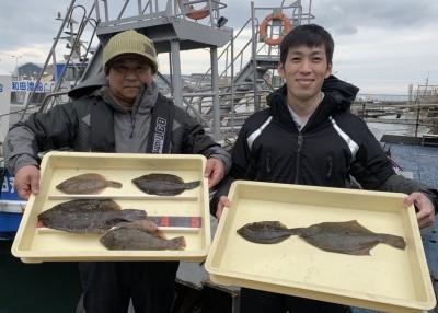 <p>井原様・日根野谷様 沖の北 投げ釣り カレイ34.0cmまでを6枚</p> <p>前回に引き続き、今日も釣られております。カレイ釣果でスタンプ1個進呈です♪</p>