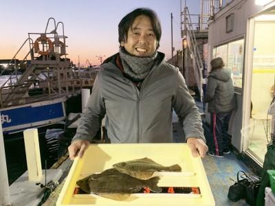<p>中川様 沖の北 投げ釣り カレイ37.0cmまでを2枚</p> <p>10時頃と14時頃に釣られたとの事。朝夕のマズメ以外でもタイミングが合えば釣れますね。カレイ釣果でスタンプ1個進呈です。</p>