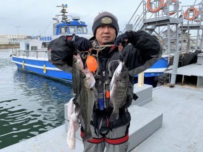 <p>川原様 旧一文字 エビ撒き釣り ハネ50.5cmまでを2匹・チヌ36.0cm</p> <p>赤灯船着きから先端よりで釣られております。タナは4ヒロとの事ですよ。いつも釣果情報提供にご協力頂き、ありがとうございます。ハネ・チヌ釣果お持込みでスタンプ2個進呈です♪</p>