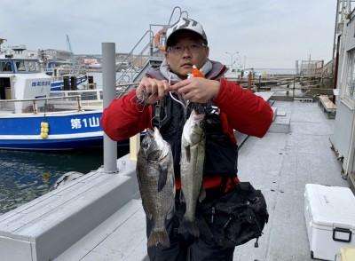 <p>左海様 沖の北 エビ撒き釣り ハネ46.0cm・チヌ42.5cm</p> <p>エビ撒き釣りが好調です。沖の北ポンプ小屋付近の内向きで釣られております。ハネ・チヌ釣果お持込みでスタンプ2個進呈です。</p>