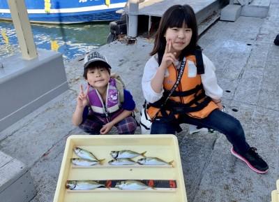 <p>山田様ファミリー 沖の北 サビキ釣り 小アジ</p> <p>朝の時合でアジをGET! 早起きした甲斐がありましたね♪ また遊びに来てくださいね♪</p>