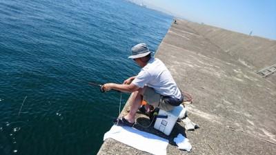 <p>スタッフ児玉 旧一文字赤灯 今日はかかり釣りスタイル(短竿での団子釣り)でチヌ狙い!雑誌で記事を見たことがあったのでやってみました。餌とりのアジの猛攻にあいつつお約束のボラ、小さいながら本命のチヌも釣れました♪なかなか筏にも行けないので近場でかかり釣りが楽しめるのはありかなって感じです。</p>