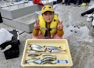 <p>翔太郎くん 沖の北 サビキ釣り 中アジ・中サバ</p> <p>食べて美味しいアジ・サバがウキ無しで真下でも釣れますので、手軽にチャレンジできますよ♪</p> <p>また遊びに来てくださいね!</p>
