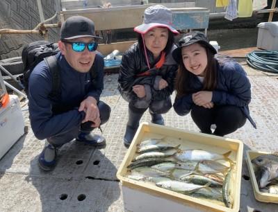 <p>西野様 沖の北 サビキ釣り 中サバ・小アジ・コノシロ</p> <p>今日はオイルフェンス内でサバが良く釣れましたよ♪ 釣果写真へのご協力、ありがとうございます。</p>