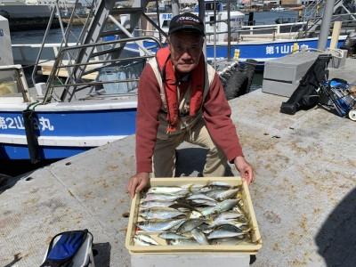 <p>白方様 沖の北 サビキ釣り アジ28cmまでを大漁・中サバ</p> <p>朝一の時合いで大漁釣果がでましたよ。サビキの種類はサバ皮・ピンクスキンを使い分け釣られております。因みにジャンボサイズのアジは、時合い後に少し場所を変え釣られております。</p>