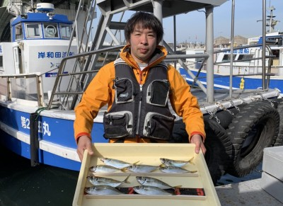 <p>井上様 沖の北 サビキ釣り アジ22cmまでを9匹</p> <p>朝一の時合で良型のアジを釣られております。釣果写真へのご協力、ありがとうございます。</p>