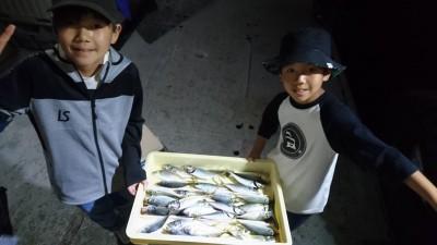 <p>ゆうま君 おうき君 沖の北 サビキ アジGET</p> <p>夕方釣れてますね!おめでとうございます(^_^;)</p>
