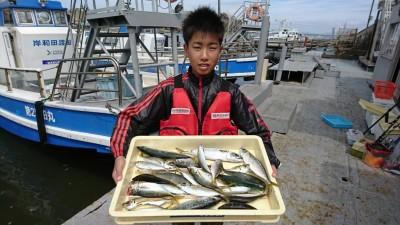 <p>修也くん 沖の北 サビキ釣りで中アジ・中サバ!朝の釣果です。朝夕のサビキ釣果は安定してますのでファミリーで楽しめますよ♪</p>