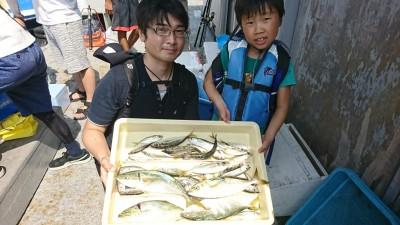 <p>沖の北 台風後もサビキで豆アジ・小サバ好調キープ!ルアーでツバスも釣れました♪</p>