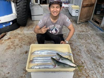 <p>水谷様 沖の北 太刀魚・ツバス こちらも全てメタルジグでの釣果になります♪♪ようやく数釣り出来るようなサイズの太刀魚が入ってきたって感じがします♪中には90センチを超えるような型やメーターも出るので諦めず投げ続けることが釣果に繋がりますよ(^o^)</p>