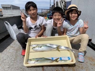 <p>そうた君、りく君、ふさちゃん 沖の北 太刀魚・ツバス・サバ 太刀魚はどじょうを使ったテンヤでの釣果です♪おめでとうございます(^O^)</p>