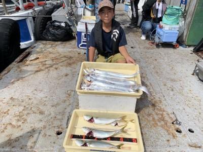 <p>沖の北 太刀魚・ツバス 太刀魚は6時ごろから釣れ始め、10時までに7本メタルジグで釣り上げられれいます♪内1匹は100cmジャスト♪♪おめでとうございます(^o^)</p>