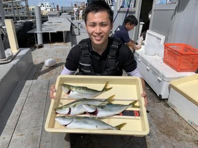 <p>沖の北 ツバス4匹 のませ釣りでの釣果です♪掛け下がりが狙い目ですよ♪おめでとうございます(^O^)</p>
