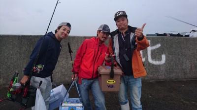 <p>今日は爆釣テンヤ「タッチポン」でお馴染みの、三宅商店 三宅社長が岸和田一文字に来てくれましたよ!釣果も楽しみです(^O^)</p>