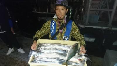 <p>土橋様 沖の北 テンヤ タチウオ16尾GET</p> <p>本日は0~16尾まで、かなり差の出る日となりました!難しい日に釣れてる方は上手な証拠ですよ(^O^)おめでとうございます!</p>