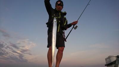 <p>沖の北リアルタイム(5:40) テンヤで良型タチウオ!4時半に渡ってこれで5本目とのこと。まわりでもポツポツ釣れてました。日の出が5時半と時合いはまだ短めですが朝の釣果も増えてきましたね。</p>