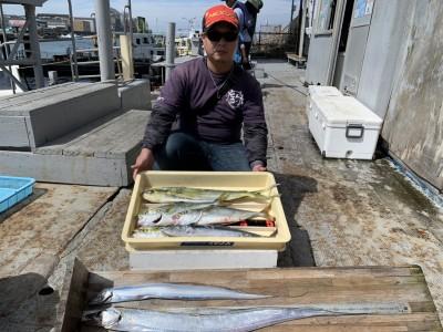 <p>沖の北 ツバス・太刀魚・シイラ・サゴシ 全てメタルジグでの釣果です♪ジグだけでこの釣果はお見事です♪太刀魚は朝ツバスの時合が終わってから釣れたみたいです♪90cm超えでサイズも良いですね!おめでとうございます^ ^</p>
