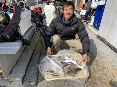 <p>山本様 沖の北 太刀魚・ツバス・中アジ・ガシラ・カワハギ 太刀魚はテンヤでツバスはメタルバイブでの釣果です♪カワハギはサビキ釣りで釣られていて、専門的に狙えばもっと釣れそうですね!イソメや石ゴカイ、アサリなどの貝類の餌でも狙えますよ!カワハギ専用針ですと掛かりが良いので専門的に狙うならオススメですよ♪</p>