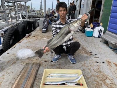 <p>黒木様 沖の北 スズキ・太刀魚・中アジ ツバス狙いでアジを使ったのませ釣りをされていたところ、80cmオーバー4.3キロのスズキ(^o^)外向きの足元でヒットされたそうです♪太刀魚はテンヤ(キビナゴ)での釣果です♪ツバスやハマチがだめでもビックなゲストが釣れてくれたら嬉しいですね^ ^おめでとうございます(^o^)</p>