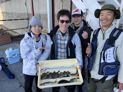 <p>ルアッと様 沖の北 太刀魚・カワハギ・アジ・グレ・エソ 太刀魚は朝イチにウキ釣り(キビナゴ)での釣果です♪その他は胴突き仕掛けやルアーなどで五目釣り達成されています♪カワハギは良く釣れていますね!おめでとうございます^ ^</p>