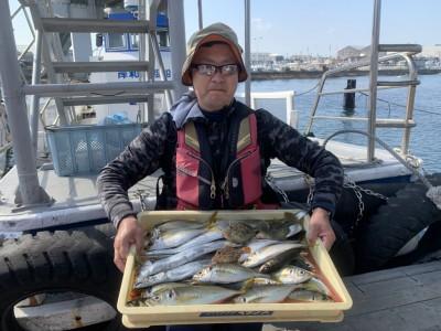 <p>中野様 太刀魚・中アジ・カワハギ 朝イチはテンヤで太刀魚を狙い3本GET♪7時頃から10時頃までで中アジを30匹程釣られています!大きいのは30cmありました!良い尺アジですね♪おめでとうございます(^o^)</p>