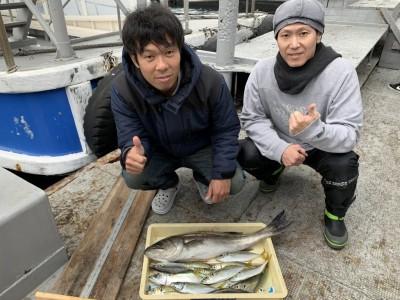 <p>エヌワンフィッシングクラブ様 沖の北 朝の7時時頃にアジのませでハネ70オーバー♪中アジはぱらぱらとお昼頃まで釣れていたとの事でしたよ^ ^35cm程のサバも釣れていました!青物が欲しいところではありましたが素晴らしい釣果です!青物リベンジもお待ちしてます!おめでとうございます^ ^</p>