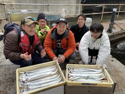 <p>奈良の坂口チーム様 朝イチから沖の北へ渡りメタルジグとセットアッパーで太刀魚計17本GET♪内向きで釣れたそうで当たりは結構多かったみたいです!連日太刀魚の調子があまり良くなかったので素晴らしい釣果です(^o^)おめでとうございます(^o^)</p>