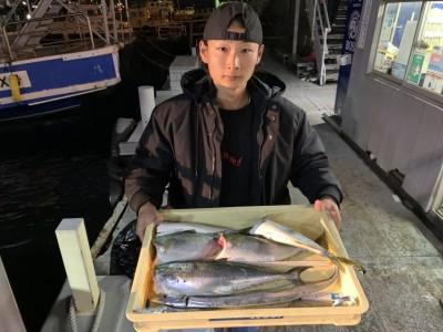 <p>市川様 沖の北 ツバス〜ハマチ・サゴシ・太刀魚 朝イチからお越しで全てルアーでの釣果です♪のませ釣りをされている方と変わらないぐらいルアーで釣られています!お見事です!おめでとうございます^o^</p>