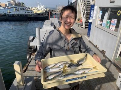 <p>旧一文字 赤灯 中アジ・サンバソウ・チヌ サビキ釣りでの釣果で中アジは平均25cmくらいありました!今朝は餌を撒くと見えるほど沸いてたみたいなので夕方も期待できそうですね!おめでとうございます(^o^)</p>