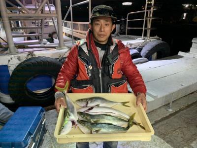 <p>宮崎様 ハマチ のませ釣りでハマチ5匹GET♪最近は青物の調子が絶好調ですね♪おめでとうございます(^o^)</p>