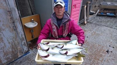 <p>山根様 沖の北 ノマセ ツバス~メジロサイズGET</p> <p>朝のからパラパラ釣れ続いたようです(^O^)おめでとうございます!</p>