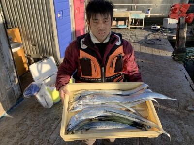 <p>辻井様 沖の北 太刀魚は朝イチから沖の北は渡りすぐ釣れ出しテンヤでの釣果でサゴシはメタルジグでの釣果です♪日が出てからは内向きでサヨリも釣られています!今日は太刀魚は良く釣れてますね!サヨリもまだまだ狙えそうです!おめでとうございます^o^</p>