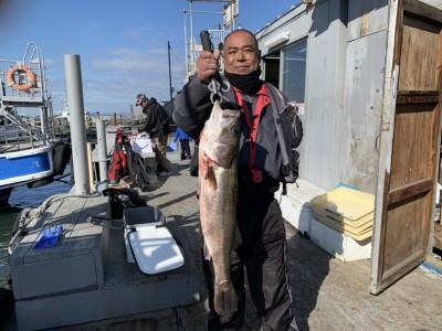 <p>宮下様 旧一文字 赤灯 のませ釣りで9時頃にスズキ80cmGET♪良く肥えていましたよ♪おめでとうございます^ ^</p>