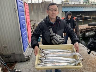 <p>山田様 沖の北 オイルフェンス内側 今朝は朝イチ暗いうちはウキ釣り(キビナゴ)でほぼ毎投あたりがあったみたいです!日が出てからはワインドとテンヤで釣られていて計9本の太刀魚GETです^ ^おめでとうございます(^o^)</p>