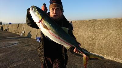 <p>カワムラ様 沖の北 のませ釣りでブリ90㎝!8時前にヒット!まだまだ青物いけそうですね♪</p>